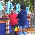 Ali Fauzi (kaos merah) saat berbincang dengan TerasJatim.com di kawasan alun-alun Lamongan