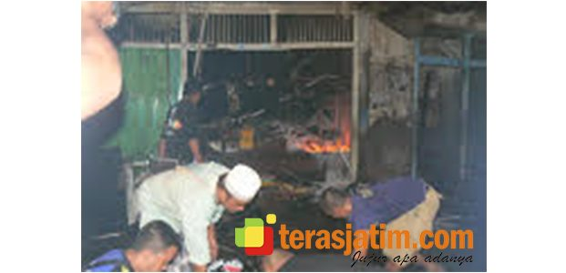 2 Toko Sembako di Mangaran Situbondo Ludes Dilalap Api