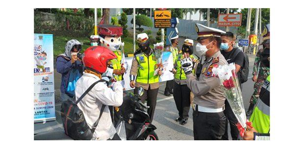 Hari Pertama Operasi Zebra Semeru, Polisi Surabaya Berikan Bunga dan Coklat ke Pengendara