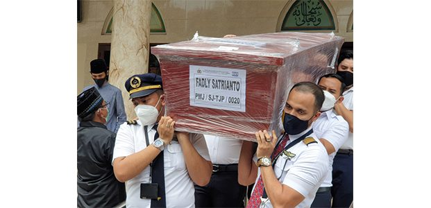 Tiba di Surabaya, Jenazah Co Pilot Fadly Satrianto Dimakamkan di Keputih
