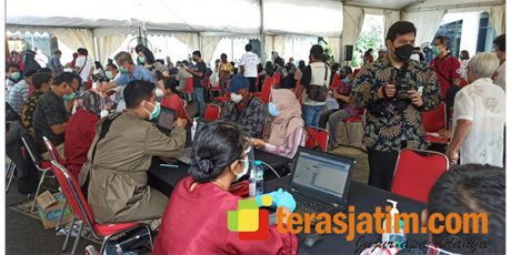 Kunjungi Surabaya, Menkes Tinjau Langsung Vaksinasi Covid-19 Bagi Lansia