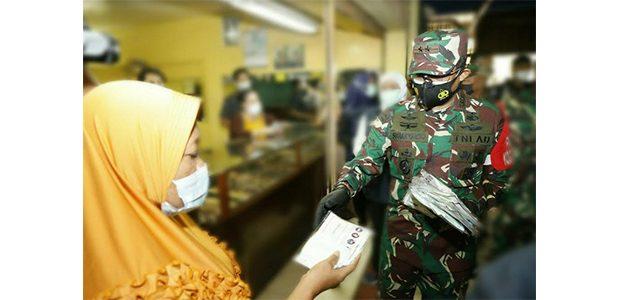 Forkopimda Jatim Bagikan Masker di Sejumlah Pasar di Surabaya
