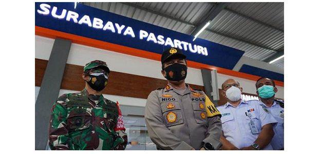 Cek Prokes Penumpang KA, Kapolda dan Pangdam Sambangi Stasiun Pasar Turi