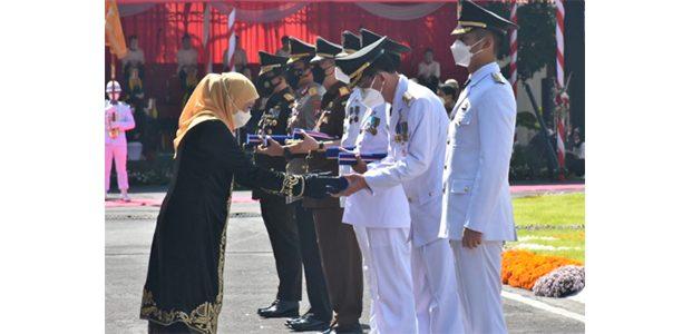 HUT ke-76 Provinsi Jatim, Gubernur Beri Penghargaan Kepada Sejumlah Pejabat dan Kepala Daerah