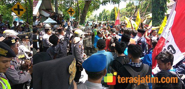 Aksi Mahasiswa Tolak UU MD3 di Jombang, Diwarnai Bentrok dengan Polisi