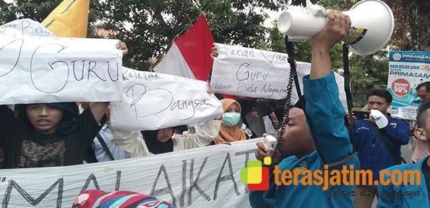 Mahasiswa Demo Peringati Hari Guru Nasional