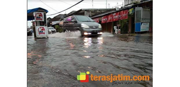 Hujan 1 Jam, Jalan Gotong Royong Babat Berubah Jadi Sungai