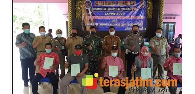 Taati Prokes Covid-19, Penyerahan Sertipikat PTSL Gunungsari Bojonegoro Dibagi 10 Pos