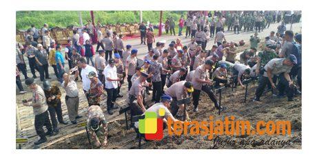 Baharkam Polri Tanam 60 Ribu Rumput Vetiver di Tanggul Sungai Brantas Porong