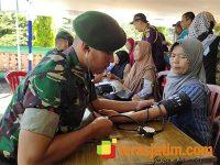 Yonarmed 12/Divif 2 Kostrad Gelar Pengobatan Gratis di Sine Ngawi