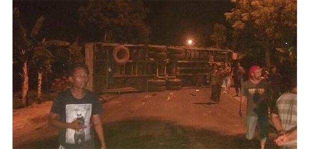 Ban Pecah, Xenia versus Tronton Terlibat Laka di Gayam Bojonegoro