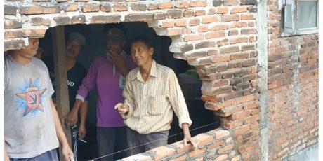 Banjir di Kota Malang, Jebolkan Tembok Rumah dan Rusak Sejumlah Mobil