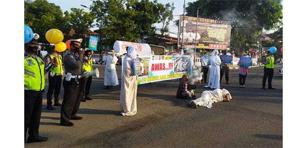 Gelar Teatrikal di Jalan, Satlantas Polres Blitar Kota Ingatkan Pandemi Covid-19 Belum Berakhir