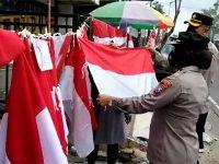 Polres Blitar Kota Borong 1945 Bendera Merah Putih Untuk Dibagikan ke Warga