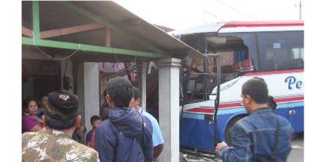 Bus Nyelonong Tabrak Rumah Warga di Sumobito Jombang, 6 Orang Luka-Luka