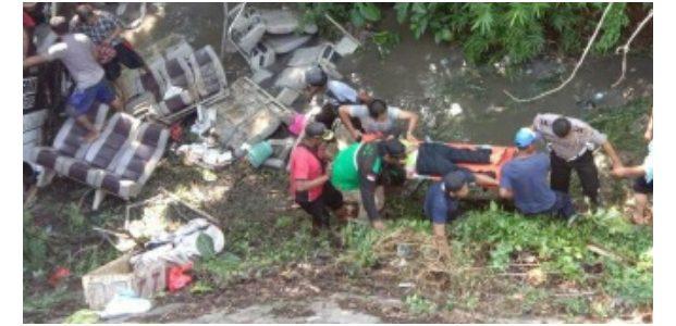 Bus Rombongan TK asal Tulungagung Terjun ke Sungai di Kesamben Blitar, 5 Orang Tewas