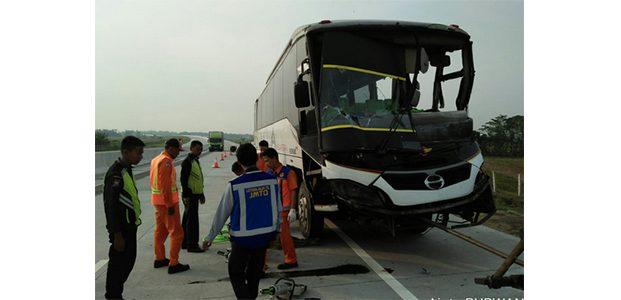 Bus Seruduk Fuso di Tol Ngawi-Kertosono, 6 Orang Terluka