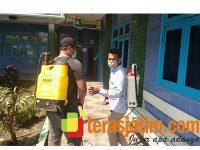 Cegah Corona, DPC ISRI dan Pemuda Muhammadiyah di Sekaran Lamongan Semprot Fasilitas Umum