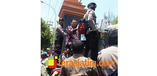 Demo Petani Tambak di Lamongan, Ketua DPRD Dipaksa Jalan, Sekda Temui Massa