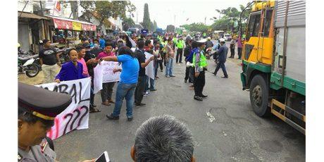 Sindir Pemerintah, Warga Lamongan Kumpulkan Koin Untuk Perbaikan Jalan Raya Yang Rusak