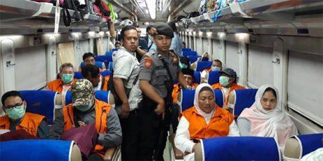 Dengan Tangan Diborgol, 12 Anggota DPRD Kota Malang Dipindahkan ke Surabaya