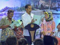 Di Gresik, Presiden Jokowi Serahkan 2020 Sertifikat