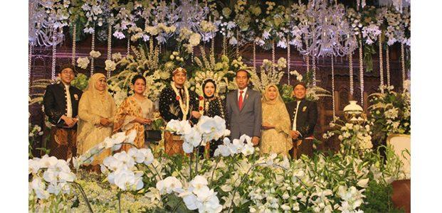 Di Resepsi Pernikahan Anak Gubernur Jatim, Presiden Jadi Rebutan Para Undangan