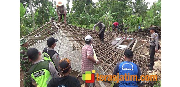 Disapu Angin Lesus, Sebuah Rumah di Blitar Ambruk dan Pemiliknya Terpental