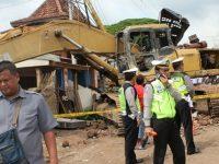 Eksavator Terlepas dari Trailler di Junrejo Batu, Hantam 9 Rumah dan Lukai 3 Orang