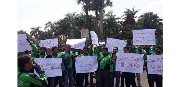 Gelar Demo, Tukang Ojek Online Kediri Tuntut Prabowo Minta Maaf