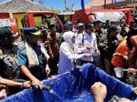 Gubernur Jatim Salurkan Air Bersih ke Warga di 3 Pulau di Sumenep