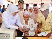 Gubernur Jatim Serahkan Langsung PKH Plus di Tambak Garam Sampang