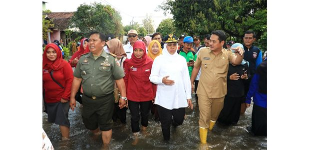 Gubernur Jatim Tinjau Korban Banjir di Mojokerto dan Jombang