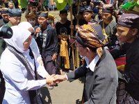 Gubernur Khofifah Dikukuhkan Sebagai Keluarga Kehormatan Masyarakat Samin