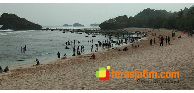 H+3 Lebaran, Pengunjung Pantai Watukarung Pacitan Membludak