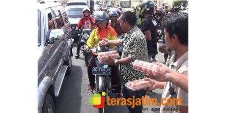 Harga Telur Anjlok, Peternak di Blitar Raya Bagikan Satu Ton Telur ke Pengguna Jalan