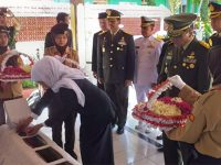 Harkitnas, Gubernur dan Wagub Jatim Ziarah ke Makam dr Soetomo