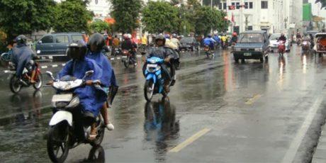 Ini Bahaya Pakai Ban Gundul Kendaraan di Saat Hujan