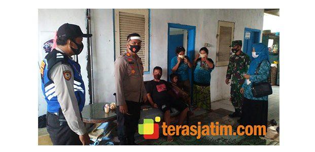 Jatim Bermasker, Kapolsek Tanggulangin Sidoarjo Bagikan Masker Ke Warga