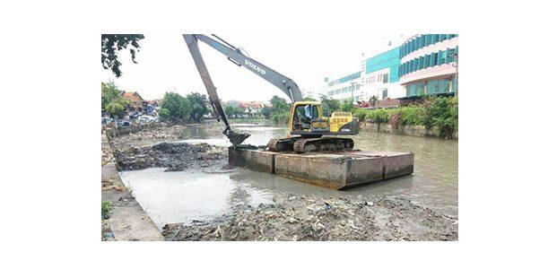 Jelang Musim Hujan, Pemkot Surabaya Giatkan Pengerukan Lumpur Sungai