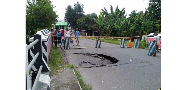 Jembatan di Saradan Ambrol, Jalur Kendaraan Surabaya-Ngawi Dialihkan