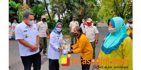 Petugas Kebersihan, Pemulung dan Santri Jogo Kali di Jombang Terima Bansos Sembako