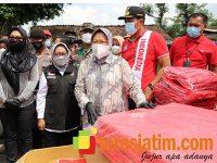 Mensos Risma Serahkan Bantuan Untuk Korban Banjir di Jombang