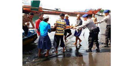 Kaget Ada Kapal Melintas, Seorang Pemancing di Banyuwangi 'Nyemplung' ke Laut