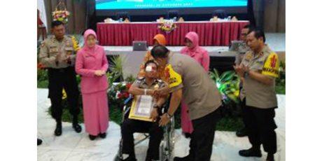 Kapolda Jatim Beri Penghargaan Kepada Bripka Andreas, Korban Penyerangan di WBL