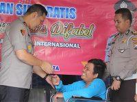 Kapolres Blitar Kota Berikan SIM Gratis Bagi 4 Orang Penyandang Disabilitas