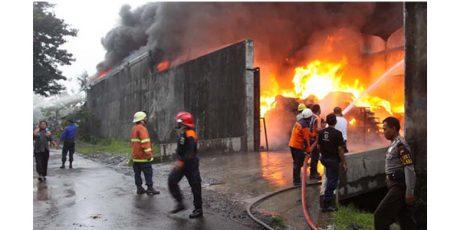 Kebakaran Hebat di Pabrik Sandal dan Sepatu New Era Gresik