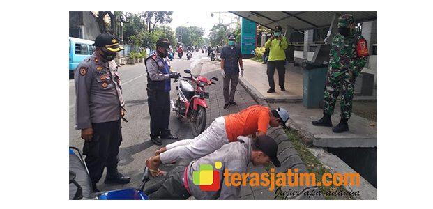 Kedapatan Tak Pakai Masker, 2 Pemuda Dihukum