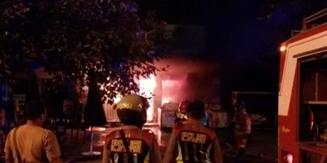 Korsleting Listrik, Cafe di Ruko Stadion Brawijaya Kediri Terbakar