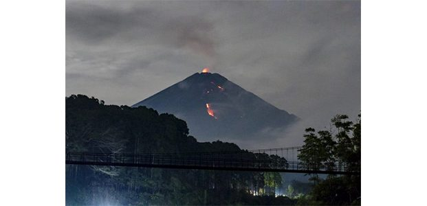 4 Kali Luncurkan Lava Pijar, Gunung Semeru Berstatus Waspada